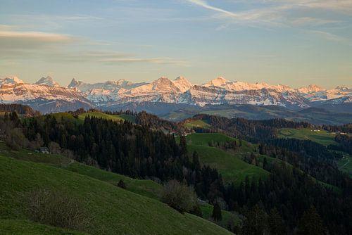 Vom Emmental in die Berner Alpen beim Sonnenuntergang