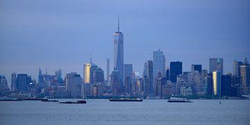 New York skyline in de avond - Lower Manhattan met One World Trade Center, panorama van