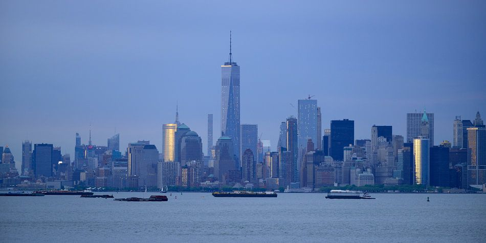 New York skyline in de avond - Lower Manhattan met One World Trade Center, panorama