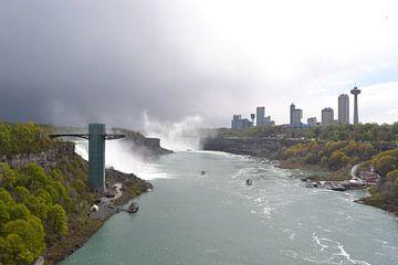 Niagara watervallen op de grens van Amerika en Canada van Bernard van Zwol