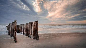 Wellenbrecher unter einem pastellfarbenen Abendhimmel von Michel Seelen