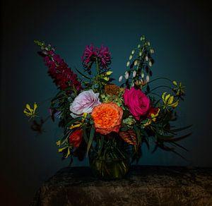 Stilleben mit Blumen als Blumenstrauß in einer Glasvase, moderne Fotografie von Roger VDB