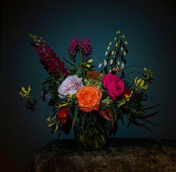 Nature morte avec des fleurs en bouquet dans un vase en verre, photographie moderne sur Roger VDB