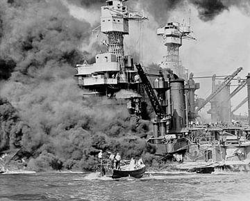Ein kleines Boot rettet Seeleute der 31800 Tonnen schweren USS West Virginia in Pearl Harbor, 7. Dez von Atelier Liesjes