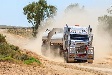 Roadtrain  op een onverharde weg in Australië van Henk van den Brink