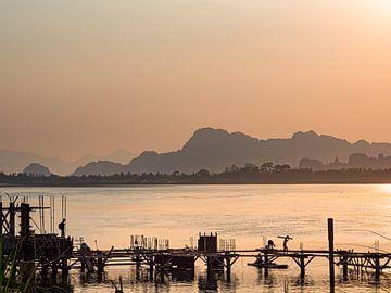 Myanmar - Hpa-An - Bouwvakkers op het dok van Rik Pijnenburg