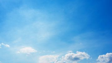 Blauwe lucht met wolken van