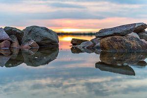 Stenen, water en een zonsondergang
