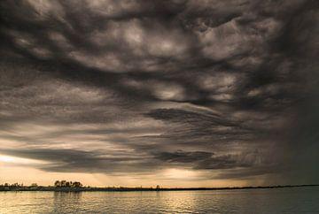 Donkere wolken van Teo Goudriaan