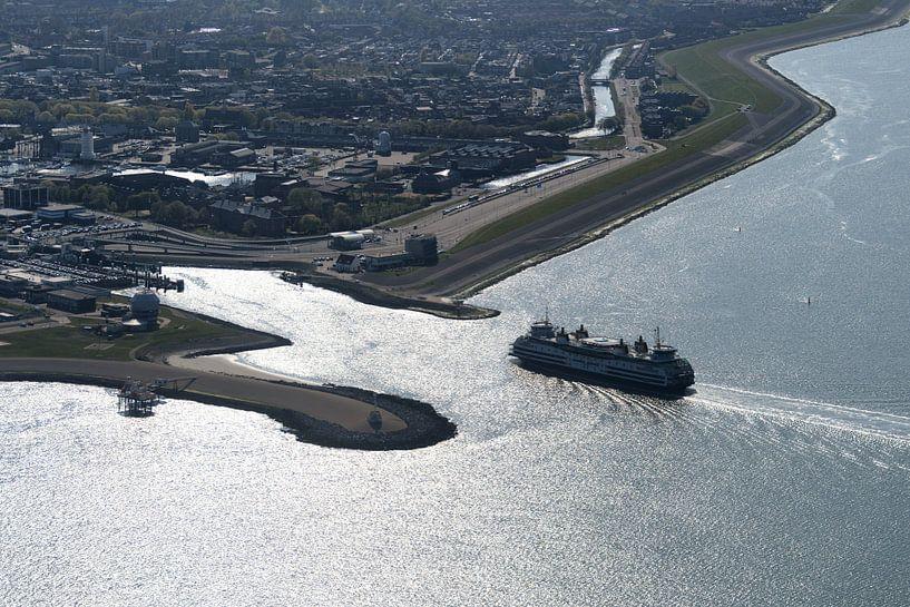 Veerhaven en boot Den Helder-Texel van Roel Ovinge