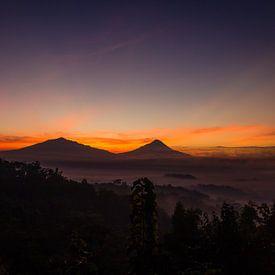 Vor Sonnenaufgang am Setumbu Hügel - Yogyakarta, Indonesien von Thijs van den Broek