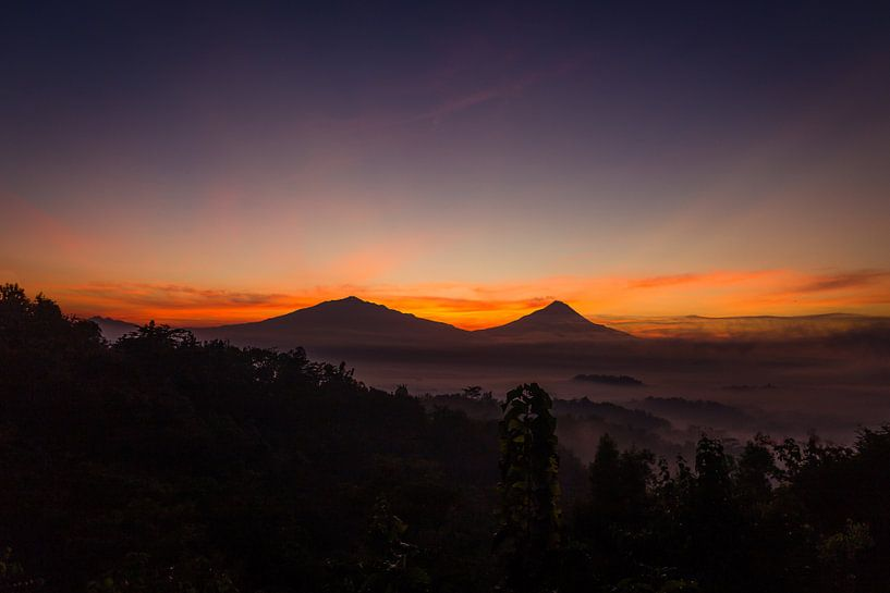 Vóór zonsopgang bij Setumbu Hill - Yogjakarta, Indonesië van Thijs van den Broek