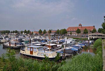 Sliedrecht-Jachthaven en Oude Raadhuis van Leo Huijzer