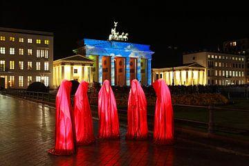 Cinq sculptures rouges devant la porte de Brandebourg illuminée sur Frank Herrmann