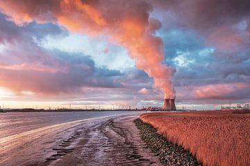 Kade van de Schelde met verbazende wolken bij schemering, Antwerpen van Tony Vingerhoets