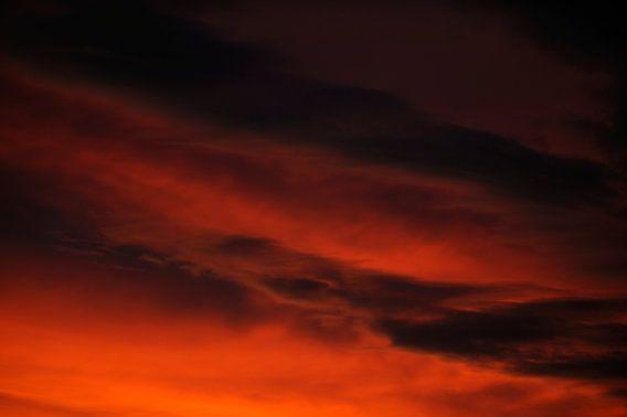 Dramatische lucht na zonsondergang, foto 2 van Merijn van der Vliet