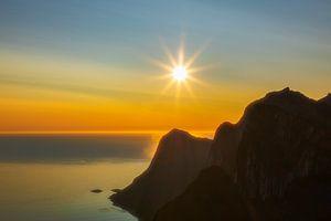 Zonsondergang bij de rotsen