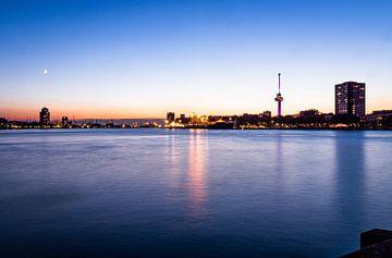 Skyline Rotterdam bij zonsondergang van Mischa Corsius