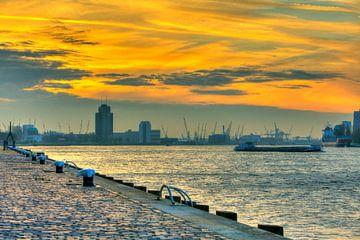 Le port de Rotterdam au coucher du soleil avec des bateaux et skyline Rotterdam sur Dexter Reijsmeijer
