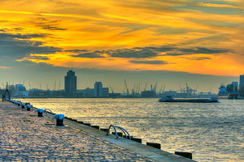 De Rotterdamse Haven tijdens de zonsondergang met boten en skyline Rotterdam van Dexter Reijsmeijer
