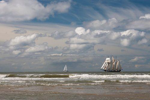 Driemaster op zee bij Paal 9 van