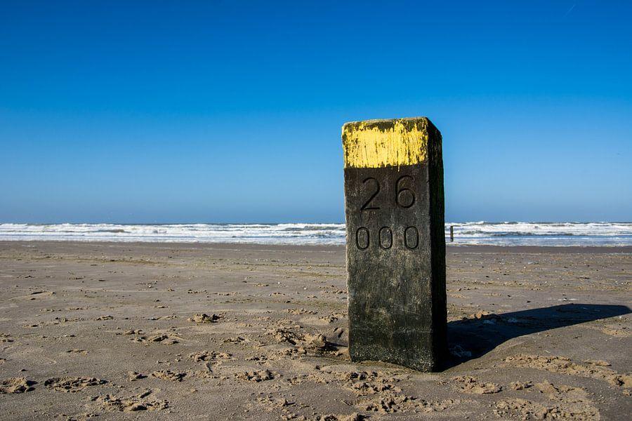 Kilometer paal op het strand