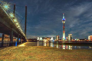 Rheinbrücke Düsseldorf 2 von Johnny Flash