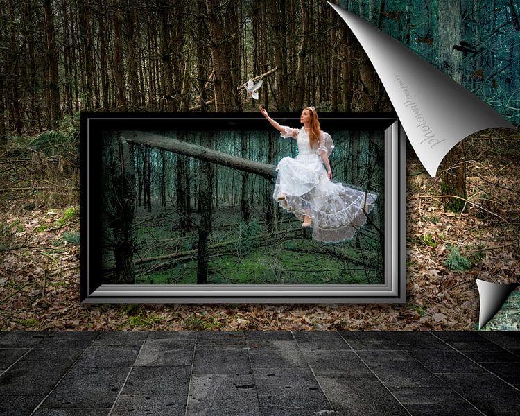 Fee in bos die druif laat vliegen afgebeeld op fotobehang van Ton Buijs