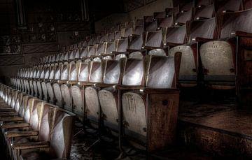 Lege stoelen.... van Eus Driessen