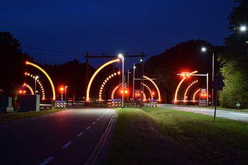 spoorwegovergang bij nacht van Jos Broersen