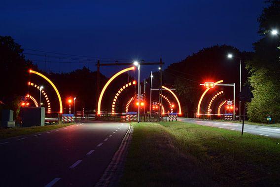 spoorwegovergang bij nacht