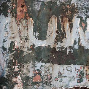 Verweerde oude treindeur in grijs zalmkleur tinten van Elly Damen