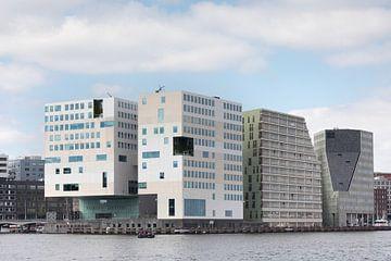 Zicht op IJdok vanaf de pont over het IJ in Amsterdam sur Suzan Baars