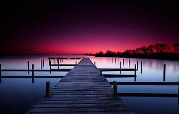 Hölzerne Anlegestelle im ruhigen See von