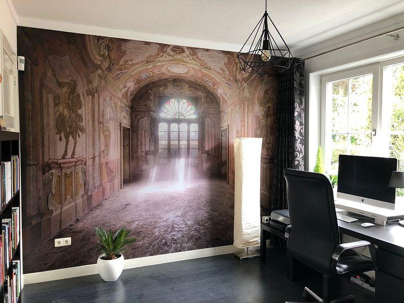 Klantfoto: Lichtstralen in Verlaten Huis. van Roman Robroek