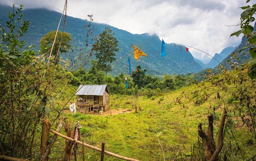 Vogelverschrikker bij huisje in de bergen, Laos van Rietje Bulthuis