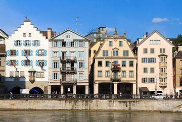 Huizen aan de Limmat in Zurich van Dennis van de Water