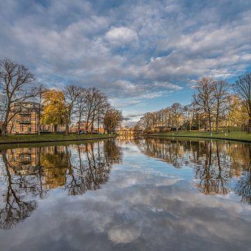 Stadsgracht Leeuwarden in de late herfstkleuren van Harrie Muis