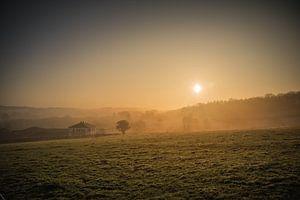 Mistige zonsopkomst boven de Belgische Ardennen van