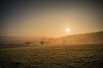 Mistige zonsopkomst boven de Belgische Ardennen von Stan Loo