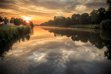 Lever du soleil le long de la lys à Lauwe, Belgique