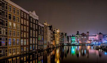 Damrak Amsterdam in de avond van Mario Calma