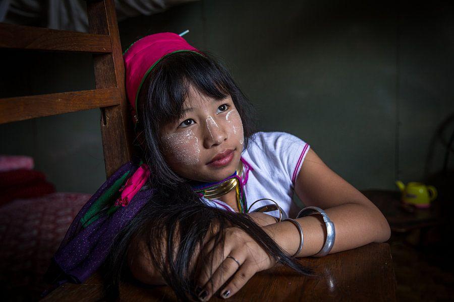 INLE,MYANMAR, DECEMBER 17 2015 - Jong meisje van de Long Neck stam in de buurt van Inle Myanmar.