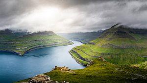 Berg Hvíthamar nabij Gjógv, Faeröer van Dennis Wardenburg
