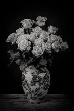 Stilleven: Boeket rozen in dramatisch zwart-wit