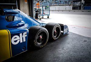 Tyrrell P34 six wheeler in pitbox van Bas Bleijenberg