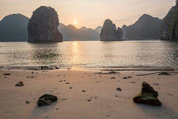 Zonsondergang Ha Long Bay van Yvs Doh