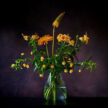 Stilleven van geel/oranje bloemen op een glazen vaas van Jenco van Zalk