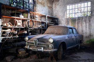 Verlassenes Auto mit Staub bedeckt.