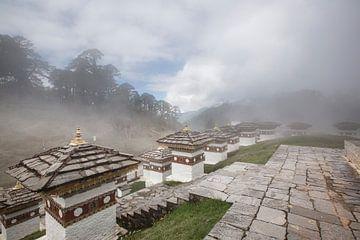 Stupa's op een heuveltop in Bhutan van Fleur Halkema